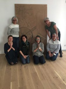 groupe de gravure au TY Shala Yoga pour l art contemporain a morlaix Mai 2021 devant la grande plaque de gravure sur bois rotated