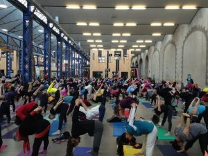 yog a Brest foule de pratiquants de yoga aux capucins